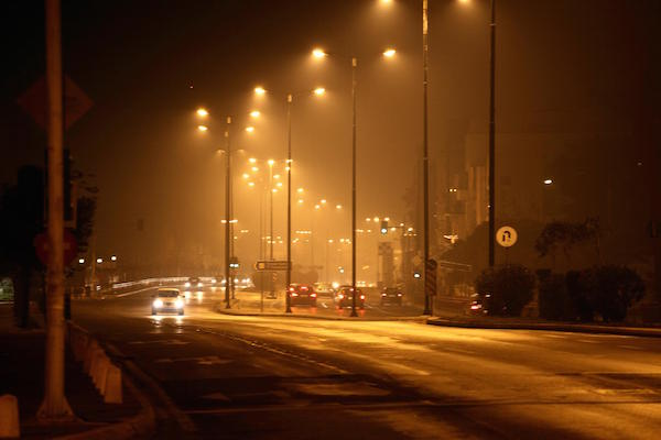Low temperatures that led in to the use of fireplaces in combination with a windless night led to the appearence of smog over the city of Athens, on the night of December 13, 2013 / Οι χαμηλή θερμοκρασία που οδήγησε στην χρήση τζακιού και η άπνοια, είχαν σαν αποτέλεσμα την εμφάνιση αιθαλομίχλης πάνω από την πόλη της Αθήνας, την νύχτα της 13ης Δεκεμβρίου, 2013